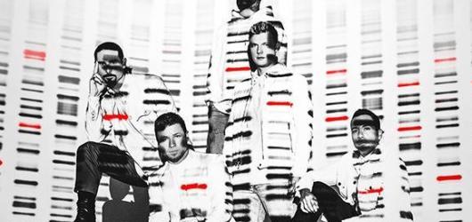 Poslední nádech před DNA. Singl Breathe připomíná, že nové album Backstreet Boys je za rohem