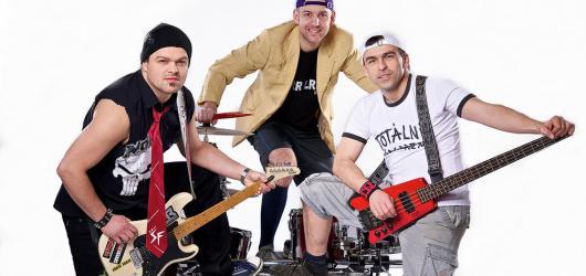 Totáči otevírají druhou polovinu turné k desce Kazoo or die! Na českých scénách je podporují E!E a The Fialky