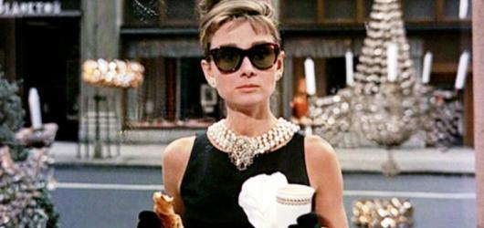 Kniha nebo film: Snídaně u Tiffanyho aneb surový příběh se proměnil v romantickou pohádku