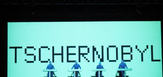 Kraftwerk přes skororůžové brýle a jedenáct zpěvaček na koncertu svobody. Druhý den na Metronome se nesl ve znamení nostalgie