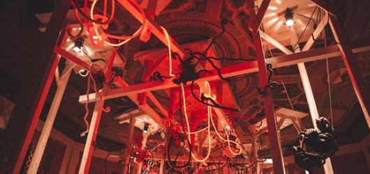 Nikdo nemá nic v Desfourském paláci. Festival 4+4 dny v pohybu oživuje objekty pražské architektury