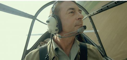 Narušitel je o lásce k létání. Perzekuce pilotů RAF během normalizace se z příběhu vytrácí