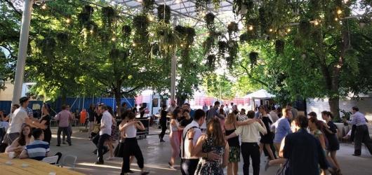 Letní tancování: venkovní swingové tančírny i klasické taneční večery