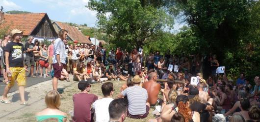 Slam na Banátu: Tři připečená kola u kolotoče přilákala dav posluchačů