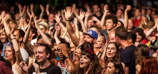 Hudební novinky, týden #22: rockové hvězdy na open air festivalech i klidnější a komornější koncerty