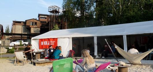 Nedělní Inverze: poezie, komiks, divadlo. Festival ukončilo letní kino