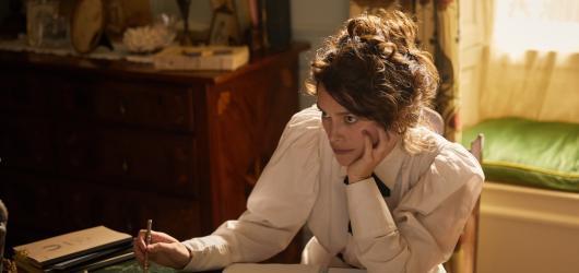 Colette: Příběh vášně: snímek, který se přiživuje na genderových tématech a vášeň je mu naprosto cizí
