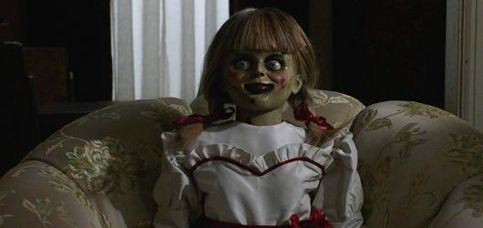 Horor Annabelle 3 žije ze svých démonických předchůdců a jména Jamese Wana