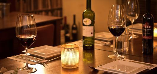 Na odpolední dort i romantickou večeři. Kam zajít v Praze na neotřelé prvomájové rande?