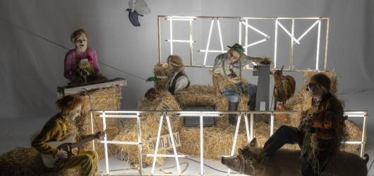 Lidé i zvířata jsou pryč. Ve Farm Fatale zachraňují život na Zemi slamění strašáci