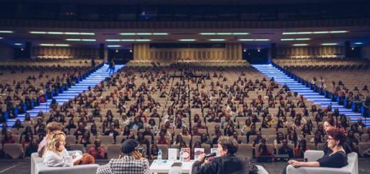 Festival young adult literatury Humbook se vrací do Kongresového centra v Praze. Letos vyprodal za 36 hodin