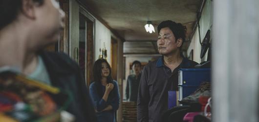 Jihokorejský Parazit pomocí satiry a neustálé gradace příběhu ukazuje pravdivý obraz dnešní společnosti