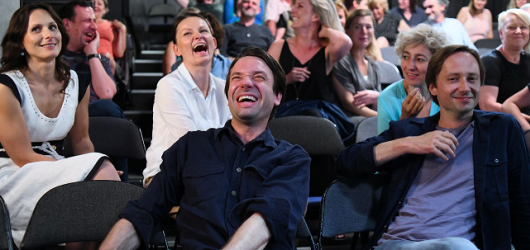 Zkáza Dejvického divadla přináší kvalitní humor a bezkonkurenční herecké výkony. V závěru ale smrdí neuchopitelnou absurditou