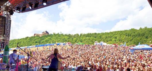 Kam vyrazit v létě za hudbou? Přinášíme výběr letních festivalů po celé republice