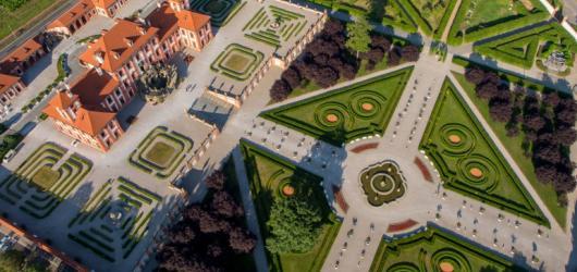 Víkend otevřených zahrad v Praze: rozkvetlá romantická zákoutí, komentované prohlídky i program pro děti