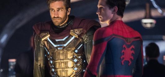 Z New Yorku do Prahy. Spider-Man je Daleko od domova roztomile rozverný, zábavný a zvládá poukazovat i na současné společenské problémy