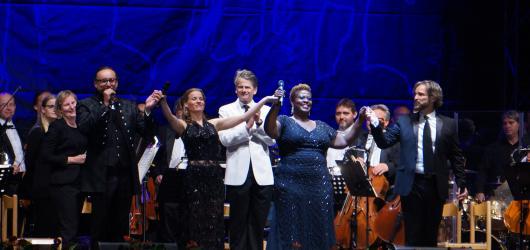 Broadway mezi kapkami deště: sálavou energii českokrumlovského muzikálového večera nezastavil ani prudký déšť