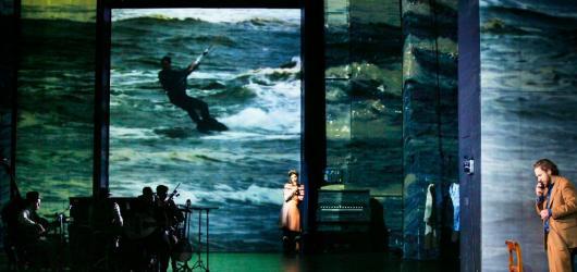 Maxim Gorki Theater propojuje v inscenaci Noc v Lisabonu minulost s přítomností i realitu s fikcí