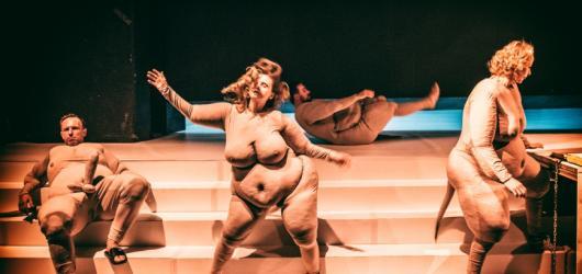 Inscenace Mein Kampf Teatru Powszechnego brilantně analyzuje minulý i současný jazyk nenávisti