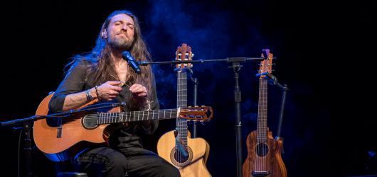 Kytarový mág s neuvěřitelnou výdrží a duší šamana. Estas Tonne uhranul publikum v pražské Hybernii