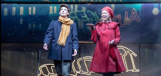 V divadle Komedie funí osel na vánoční hru o toleranci jako z třicátých let