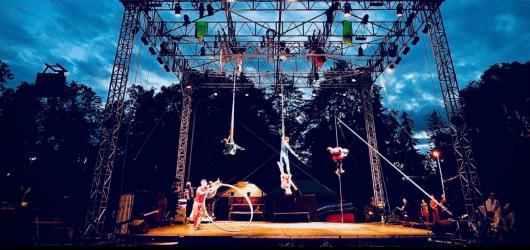 Divadlo pod širým nebem? O pražské letní scény nouze nebude, podívejte se na našich 9 tipů