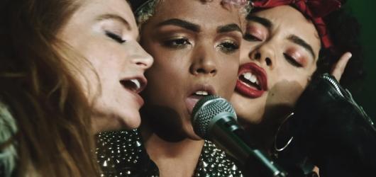 Sheeran, Mars a Stapleton spojili síly v rock'n'rollovém singlu Blow