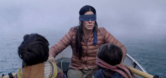 Sandra Bullock prokazuje v postapokalypse Bird Box excelentní kondici