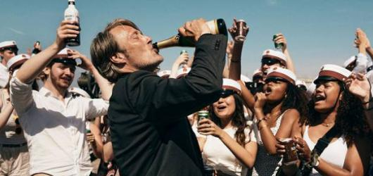 Průzračně sugestivní alkoholová euforie. Severské drama Chlast nastiňuje až bolavě civilní společenský komentář