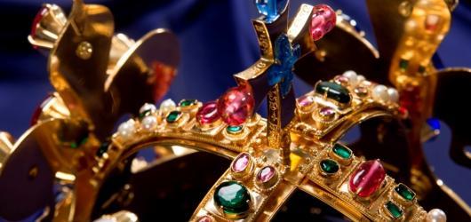 Jarní výstavy na Moravě: korunovační klenoty, historické svatební šaty i kresby z Terezína