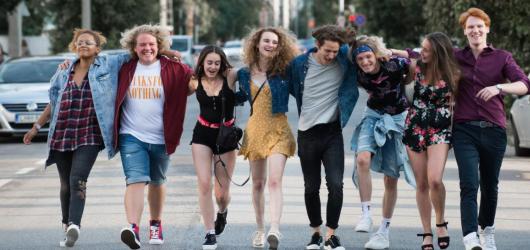 Čtvrtý den LFŠ: Vyostřené teenage drama FOMO apeluje na generaci Z