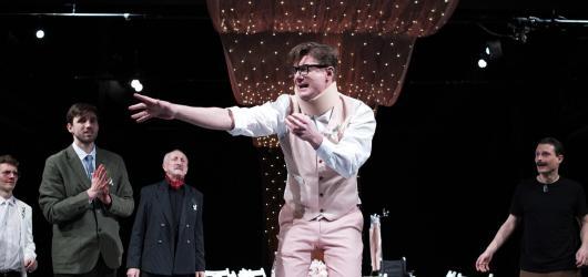 Divadlem Na Fidlovačce se šířil Testosteron. Přinesl skvělé herecké výkony i otázky vztahů mužů a žen