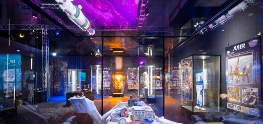Fantasy román Zaslíbená, koncert skupiny Chinaski a Ewy Farne a znovuotevření vesmírné výstavy. Nabízíme kulturní tipy na týden od 11. do 17. května