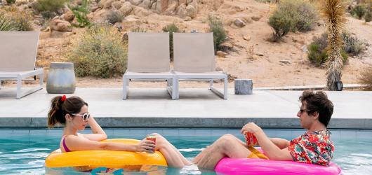 Bez opakování není zábava. Palm Springs udává konceptu časové smyčky jiný směr než obdobní předchůdci