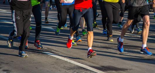 Běžecké závody v Praze: štafeta, neony i zombie