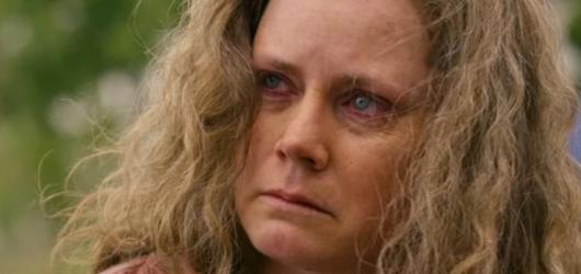 """Glenn Close a Amy Adams hrají """"bílou chátru"""" v novince Rona Howarda. Americká elegie má trailer"""