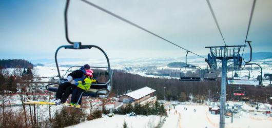 Kam na lyže z Prahy: nejbližší skiareály pro děti i dospělé