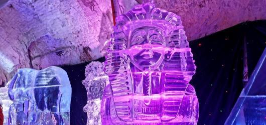 Ledové a sněhové sochy 2020: křehká krása zdobí pivovarské sklepy v Plzni i oblíbené Pustevny