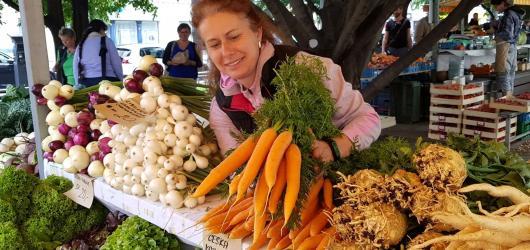 Farmářské trhy se vracejí. Kam se v Praze vydat pro čerstvou zeleninu, pečivo či vajíčka