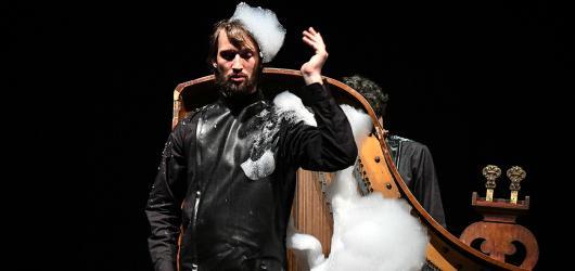 SOUTĚŽ: Čtvrthrst. Vyhrajte vstupenky na nevšední inscenaci Alterny DAMU v pražském Divadle DISK