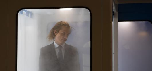 Czech Press Photo ovládl snímek muže v dezinfekční bráně