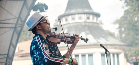 Kulturní léto ve středních Čechách: festivaly, novodobá historie i rozkvetlé zahrady