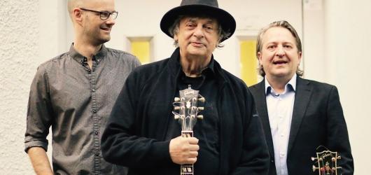Trojice jazzových kytaristů rozezní v březnu Novoměstskou radnici v Praze