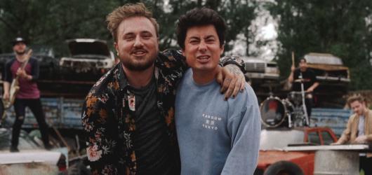 Mirai a Poetika oslavili dlouholeté přátelství na psychiatrii. Podívejte se na nový klip k písni Karavana