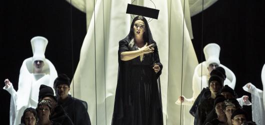 Nová Turandot Národního divadla přináší minimalistickou scénu i velkolepé sborové obsazení