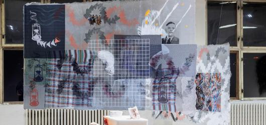 Vliv korporací a technologií na naše životy očima šesti současných umělců ukazuje Pragovka