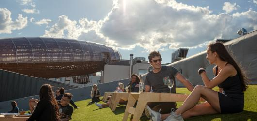 Pražský DOX čeká nabité léto. Chystá letní kino i výtvarné workshopy