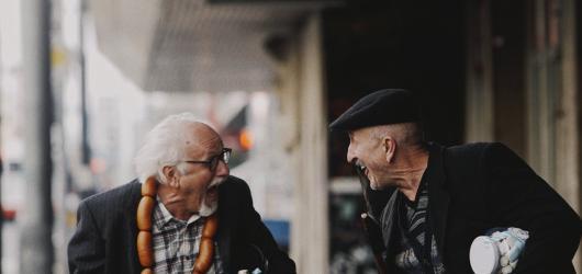 Oldřich Navrátil s Václavem Knopem hrají v novém klipu Rybiček 48 a Marka Ztraceného uprchlíky z domova důchodců