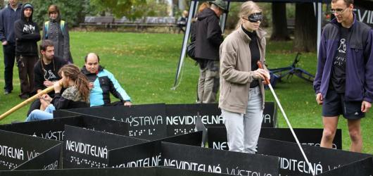 Neviditelná výstava volá o pomoc. Za finanční příspěvky vypsala odměny na Hithitu