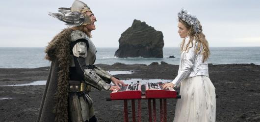 The Story of Fire Saga si utahuje z Eurovize mile a s láskou. Spíš než na ostrý humor sází na naivitu a roztomilost